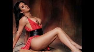 Bianka Nascimento in posa indossa un sexy abito rosso