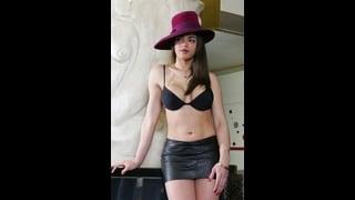 Camilla Jolie posa in minigonna e reggiseno