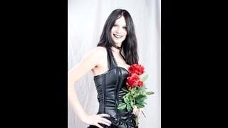 Tran Hannah Sweden Con In Mano Un Mazzo Di Rose