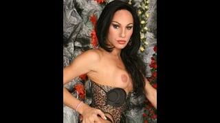Mylena Bysmark In Posa Con Una Tetta Nuda