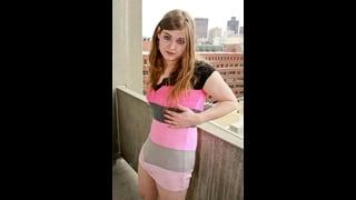 Tiffany Starr In Posa Con Abito Corto A Righe