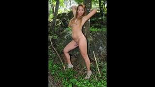 Evelin Rangel Nuda Appoggiata A Un Albero