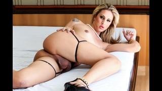 Bianca Vitoria Stesa Sul Letto Nuda E Vogliosa