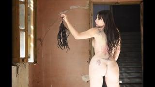 Gloria Voguel Nuda Di Spalle Con Frustino A Nove Code