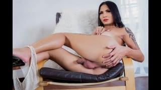 Stesa Nuda La Tgirl Benzey Fa Vedere Il Cazzo