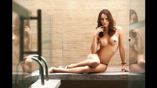Ts Carla Brasil posa nuda