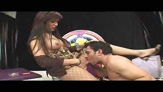 Sexy trans attiva Luana Araujo scopa sui divanetti del bar