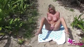Ana si trastulla il cazzo al mare