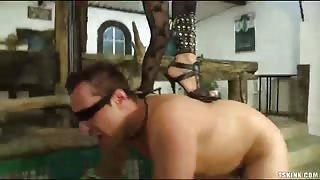 Uomo legato e bendato viene dominato da una trans!