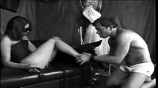 Shemale domina su ragazzo amante dei piedi!