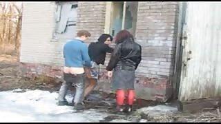 Giovane ragazzo scopa due viados di strada
