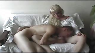 Giovane Crossdresser nel suo primo video porno.