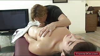 Massaggio hot per la giovane trans Alexa!