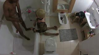 Crossdresser e il nerone giocano in bagno!