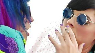 Teen trans Mandy Mitchell e la sua amica hippie