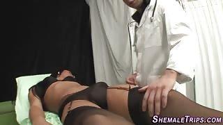 Dottore visita la sexy paziente trans Leticia Brunni...