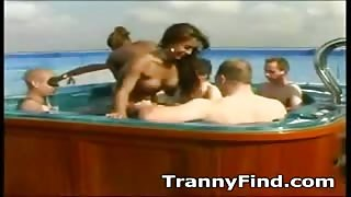 Video trans amatoriale orge in piscina..