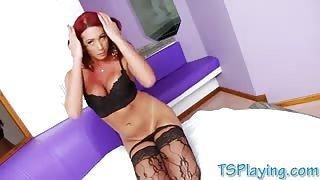 La bellissima trans rossa Amanda in solitaria