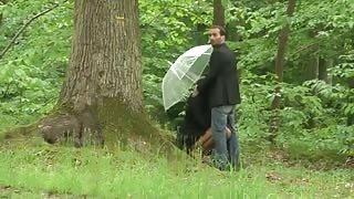 Un francese scopa una trans in un bosco e viene scoperto