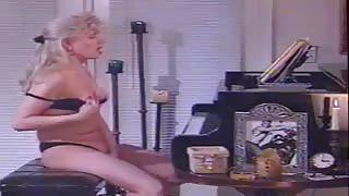 Shemale Brandy Scott si eccita toccando i tasti giusti!