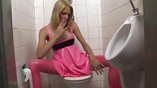 Top trans Laviny Albuquerque si sega in un bagno pubblico!
