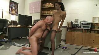 TS porno Becca Fatale fotte in ufficio