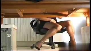 Trans si masturba in ufficio.Video amatoriale!