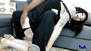 Uomo muscoloso fotte Tgirl tatuata