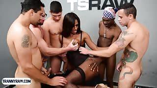 5 uomini per 1 trans nera esagerata!