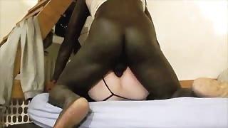 Cazzo nero nel culo di una transex