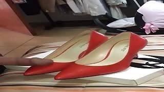 Sega sulle scarpe della fidanzata