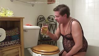 Travestito perverso beve il suo piscio