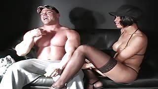 Succhia cazzo di uomo muscolo