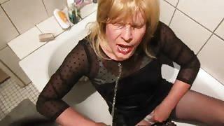 Travestito beve piscio
