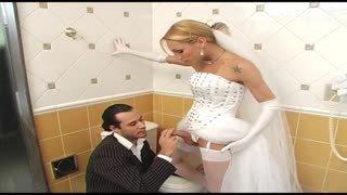 Tranny sposa scopa in bagno