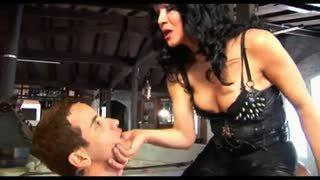 Padrona trans cazzuta e il suo schiavo