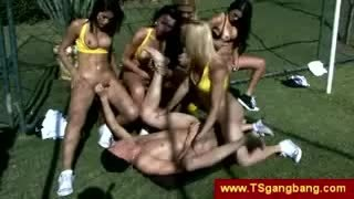 Gang bang all'aperto con trans