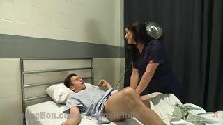 Infermiera trans Laela si incula il suo giovanissimo paziente