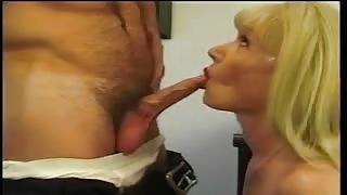 Sexy segretaria trans Brandy Scott sedotta dal capo in ufficio!