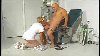 Trans infermiera Gia Darling visita il suo paziente.