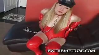 BDSM in latex rosso e catene con Ts Vicki