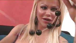 TS Elisangela Marques ci fa vedere i suoi sex toys